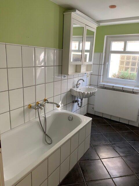 Badumbau Bild 1 vorher, Blick auf Badewanne und Waschbecken